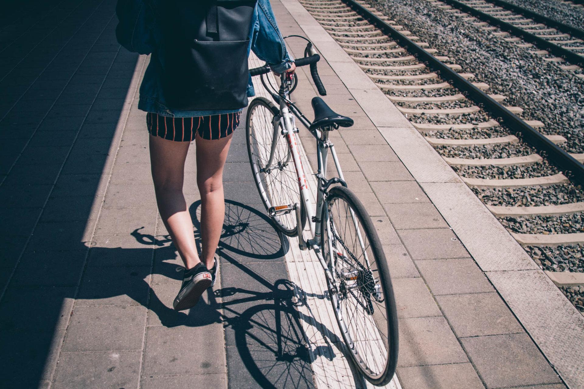Fahrrad im dem minirock auf Was Frauen